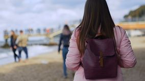 Giovane bella donna che cammina sul mare video d archivio