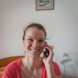 Giovane bella donna che chiama da un telefono cellulare fotografia stock
