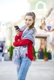 Giovane bella donna che chiama dal telefono Fotografie Stock
