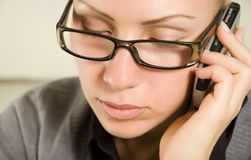 Giovane bella donna che comunica dal telefono Fotografia Stock Libera da Diritti