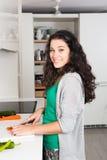Giovane bella donna che cucina nella cucina Fotografia Stock Libera da Diritti