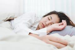 Giovane bella donna che dorme il suo letto Fotografia Stock