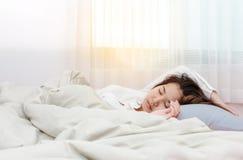 Giovane bella donna che dorme il suoi letto e rilassamento Fotografie Stock