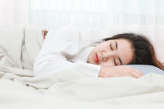 Giovane bella donna che dorme nel suoi letto e rilassamento Fotografia Stock