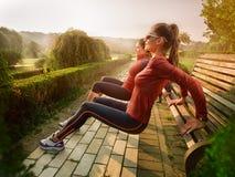 Giovane bella donna che fa forma fisica in un parco immagini stock libere da diritti