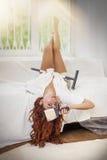 Giovane bella donna che fa le riparazioni nella casa con gli strumenti Fotografia Stock Libera da Diritti