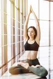 Giovane bella donna che fa padmasana di yoga nello studio di yoga Concetto di salute di sport immagine stock libera da diritti