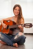 Giovane bella donna che gioca chitarra Immagine Stock Libera da Diritti