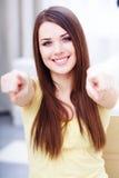 Giovane bella donna che indica su voi Immagini Stock