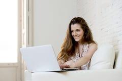 Giovane bella donna che lavora con sorridere del computer portatile felice o fare spesa online di Internet Fotografia Stock Libera da Diritti