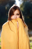 Giovane bella donna che nasconde il suo fronte Immagine Stock
