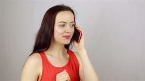 Giovane bella donna che parla sul telefono archivi video