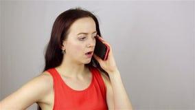 Giovane bella donna che parla sul telefono Notizie difettose video d archivio