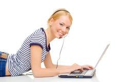 Giovane bella donna che per mezzo del computer portatile fotografie stock libere da diritti