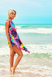 Giovane bella donna che posa nel paesaggio del mare Immagini Stock Libere da Diritti