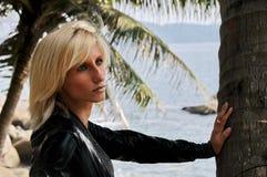 Giovane bella donna che posa seducente Fotografia Stock Libera da Diritti