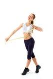 Giovane bella donna che posa in un'attrezzatura della palestra Isolato su priorità bassa bianca Fotografie Stock
