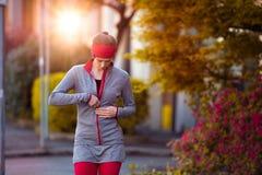Giovane bella donna che prepara per l'addestramento di allenamento Ragazza corrente di forma fisica di autunno nell'ambiente urba Immagine Stock Libera da Diritti