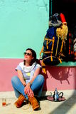 Giovane bella donna che riposa e che prende una tazza di tè, montagne di atlante, Marocco Fotografia Stock