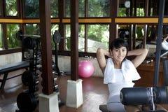 Giovane bella donna che risolve in ginnastica fotografia stock