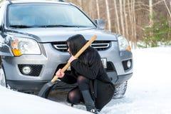 Giovane bella donna che spala e che rimuove neve dalla sua automobile, Fotografia Stock Libera da Diritti