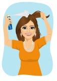 Giovane bella donna che spruzza i suoi capelli con lo sciampo asciutto royalty illustrazione gratis