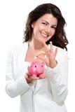 Giovane bella donna che sta con il porcellino salvadanaio lunedì Fotografia Stock Libera da Diritti