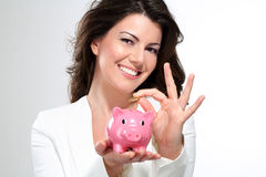 Giovane bella donna che sta con il porcellino salvadanaio lunedì Fotografia Stock