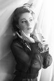 Giovane bella donna che sta nella stanza del palazzo fotografia stock libera da diritti