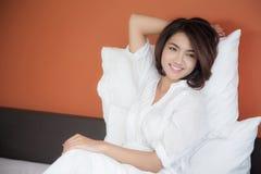 Giovane bella donna che sveglia felicemente Fotografia Stock