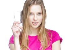 Giovane bella donna che tiene bicchiere d'acqua fotografia stock
