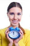 Giovane bella donna che tiene i grandi e piccoli orologi Fotografia Stock