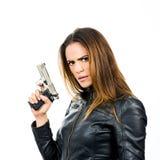 Giovane bella donna che tiene una pistola su fondo bianco Immagini Stock Libere da Diritti