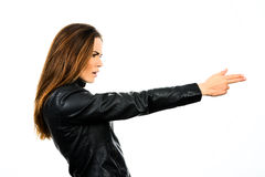 Giovane bella donna che tiene una pistola su fondo bianco Fotografie Stock