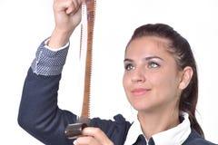 Giovane bella donna che tiene una striscia di pellicola di 35mm Isolato su briciolo Immagini Stock Libere da Diritti