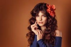 Giovane bella donna con i fiori nei suoi capelli e trucco, tonificanti foto immagine stock