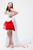 Giovane bella donna con i petali delle rose Fotografia Stock