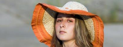 Giovane bella donna con il cappello immagini stock