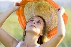 Giovane bella donna con il cappello fotografia stock