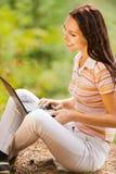 Giovane bella donna con il computer portatile Immagine Stock