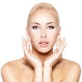Giovane bella donna con il fronte perfetto di bellezza Fotografia Stock