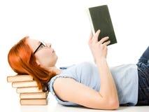 Giovane bella donna con il libro di lettura rosso dei capelli Fotografie Stock Libere da Diritti