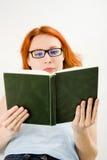Giovane bella donna con il libro di lettura rosso dei capelli Immagine Stock Libera da Diritti
