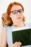 Giovane bella donna con il libro di lettura rosso dei capelli Immagine Stock