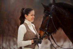 Giovane bella donna con il ritratto all'aperto del cavallo al giorno di molla fotografia stock