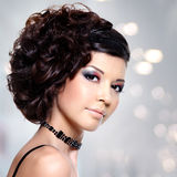 Giovane bella donna con l'acconciatura moderna Fotografie Stock Libere da Diritti