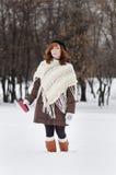 Giovane bella donna con la chiavetta metallica fotografia stock libera da diritti