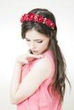 Giovane bella donna con la corona del fiore sulla testa fotografie stock