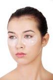 Giovane bella donna con la mascherina dell'elevatore dell'occhio del collageno fotografia stock libera da diritti
