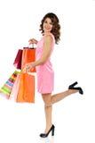Giovane bella donna con le borse di acquisto isolate su bianco Fotografie Stock Libere da Diritti